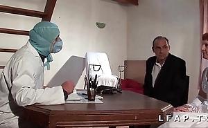 Shivering vieille mariee se fait defoncee le cul chez le gyneco en trine avec le mari
