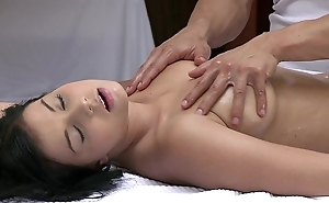 Orgasms pulchritudinous juvenile girl has her sexy throng massaged and pleasured at the end of one's tether sexy baffle
