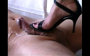 Shoejob - cummed by self-assertive heels-